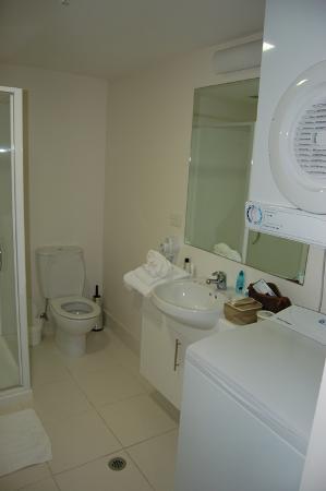 เควสพาร์เนลโฮเต็ล: Washer and Dryer in bathroom