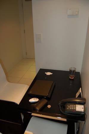 เควสพาร์เนลโฮเต็ล: Rather small work table