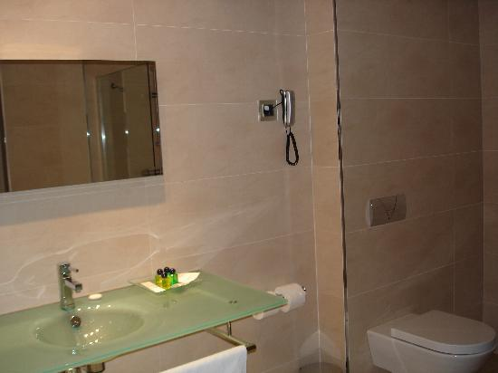 Paris Hotel: bathroom