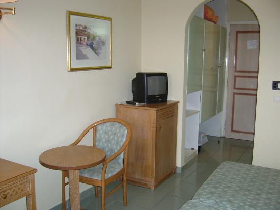 Atlantis Beach Hotel: Habitacion. Al armario le faltaban puertas