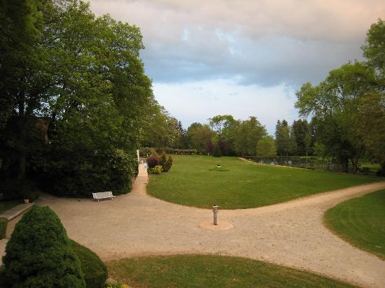 Chateau De Rigny : A look into the park