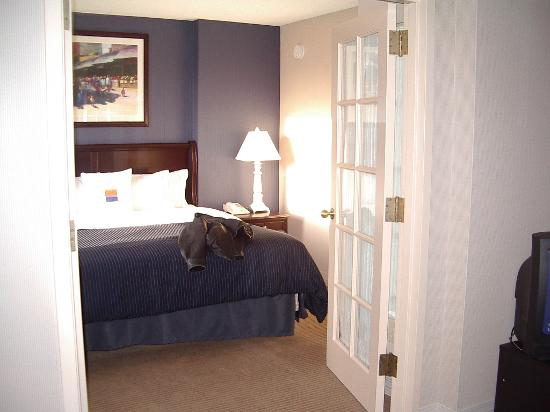 Sheraton Suites Country Club Plaza: Bedroom from Living Room through the French doors