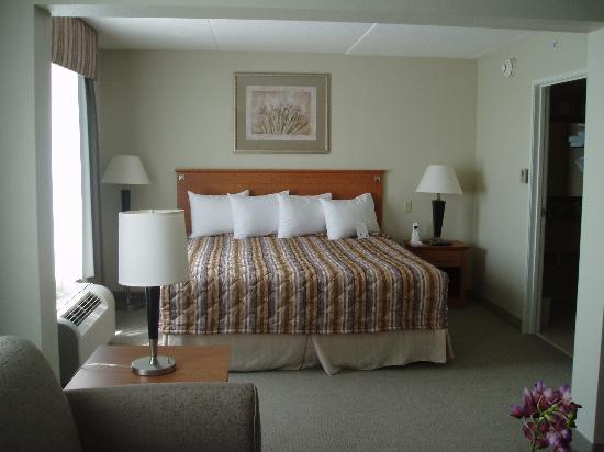 Wingate by Wyndham Louisville East: Separate Bedroom Area