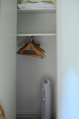 Hotel de l'Avre: armadio con ventilatore/stufetta