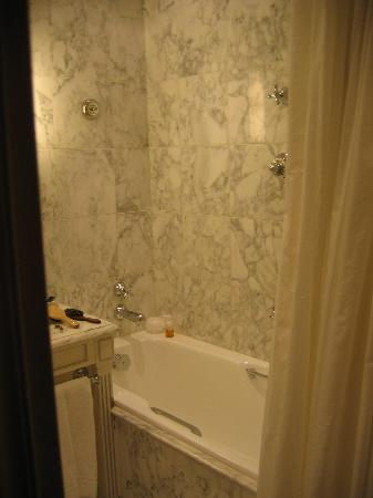 Hotel Luxembourg Parc : marble bathroom