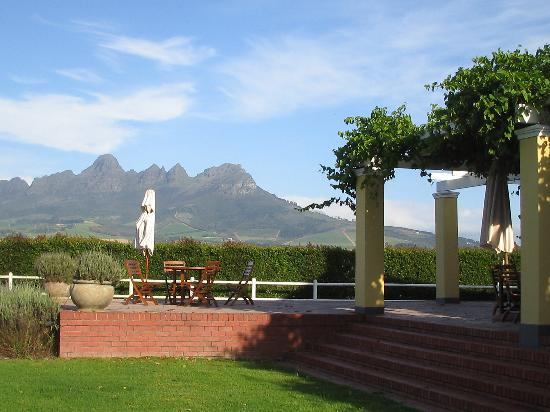 Lyngrove Wines and Guesthouse: Deck and view of moutains