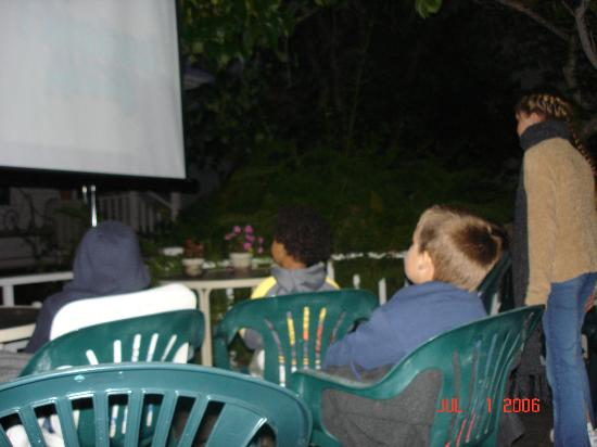 Santa Cruz Youth Hostel Carmelita Cottages: movie nights