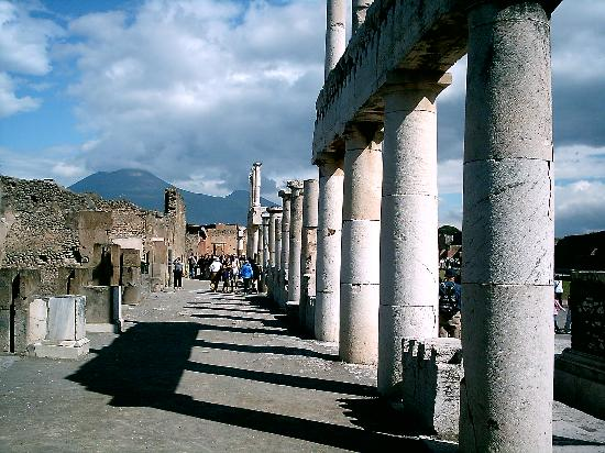 Pompei, Italië: The Forum and Mt. Vesuvius