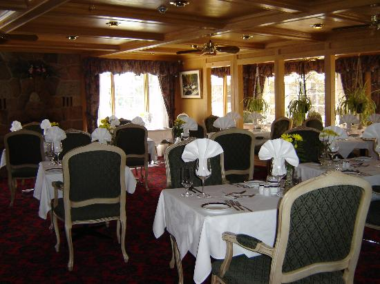Couples Resort: Dining Room