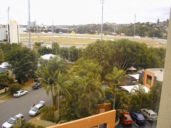 Brisbane Riverview Hotel: View to racecourse and pool area