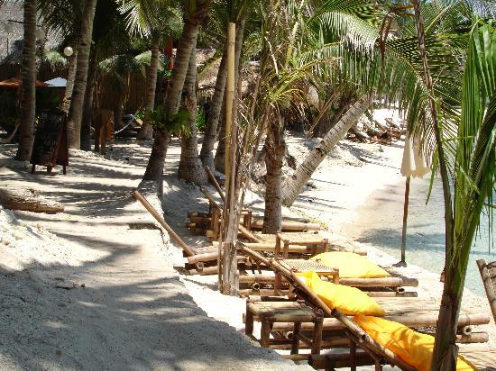 Artista Beach Villas: Artista beach beds.  The water is literally 10' away from the hotel's steps.