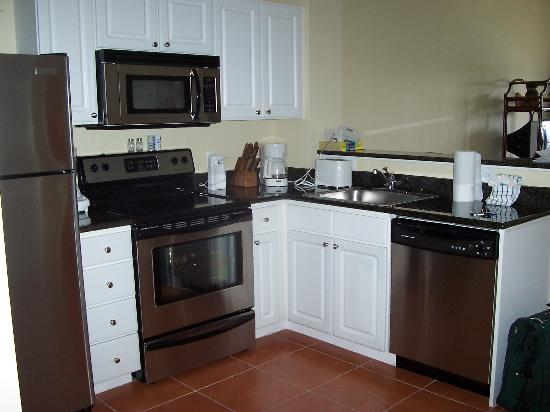 Madeira Bay Resort: Kitchen as you enter the room