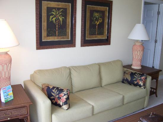 Madeira Bay Resort: Sofa in Living Room Area