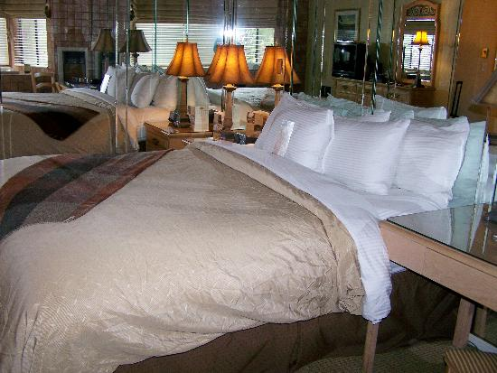 The Lodge at Tiburon: Very relaxing king bed