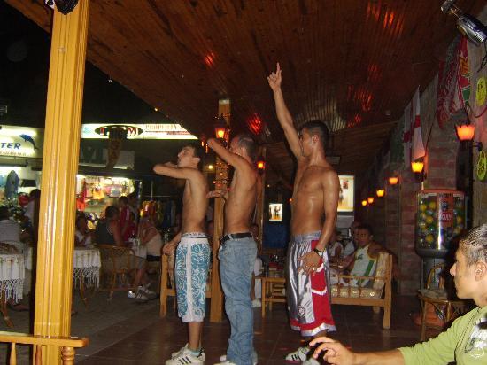 Altinkum, Türkei: three dancers dancing