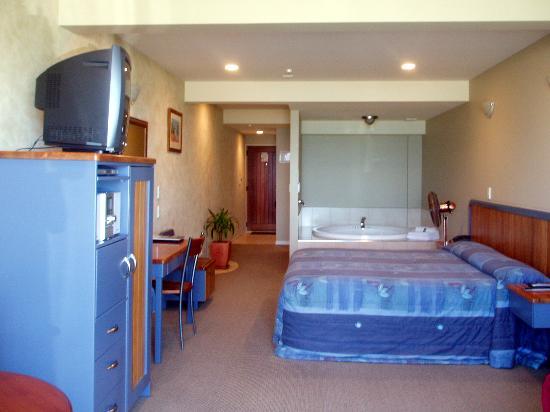 Pebble Beach Motor Inn: Room