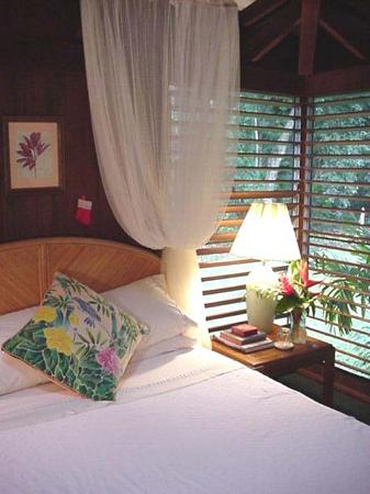 Island Enchantment: Queen-size bed in the private two-room suite