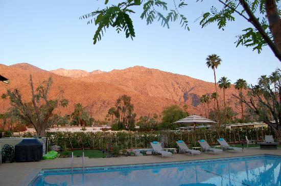 Desert Riviera Hotel: Mountains and DR pool at Sunrise