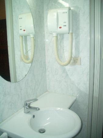 Hotel Villa Kinzica: Sink and Hairdryer