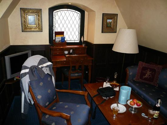 Castle Hotel Auf Schoenburg: Falconsuite sitting area