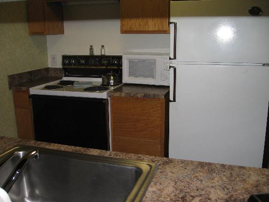 Garfield Suites Hotel: A view of the full kitchen