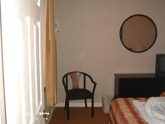 Radio City Apartments: Rest of bedroom