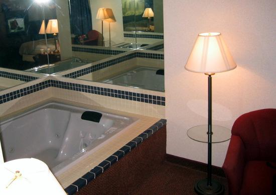 Pella, IA: In-room whirlpool - VERY comfortable and hot!