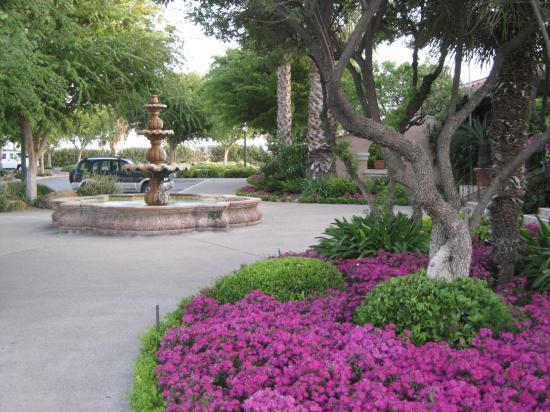Harris Ranch Inn : Fountain outside dining pavillion