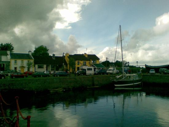 Merriman Hotel: A view of the Pier Head Pub in Kinvara