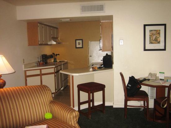 Staybridge Suites Dulles: Entering suite