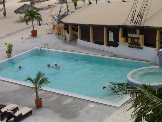 Bucuti & Tara Beach Resort Aruba: pool / net yet completed