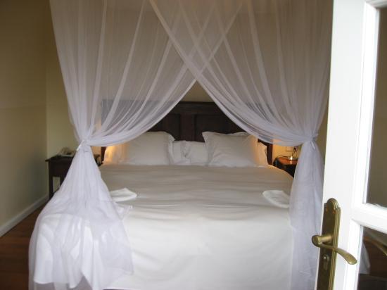 Hotel La Fuente De La Higuera: Our comfy welcoming bed!