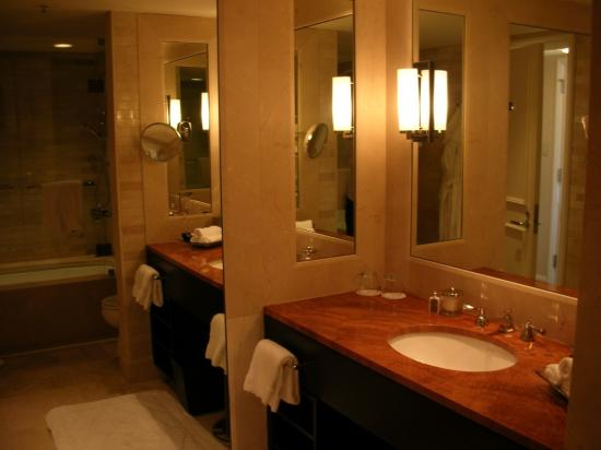 Four Seasons Hotel Chicago: Bathroom
