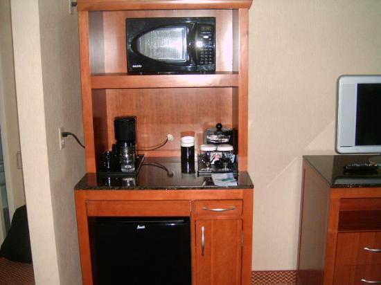 Hilton Garden Inn Halifax Airport: fridge and microwave