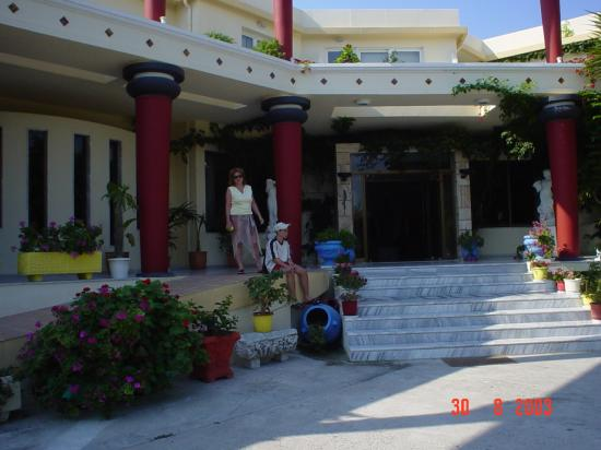 Apollon Hotel : Front of hotel
