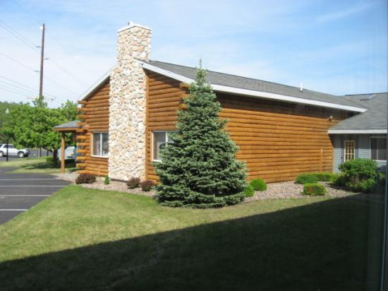 Bluffview Inn & Suites: Rear exterior near pool