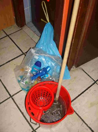 Backpackers Hostel Roma: Rubbish and water afeter third cleaning