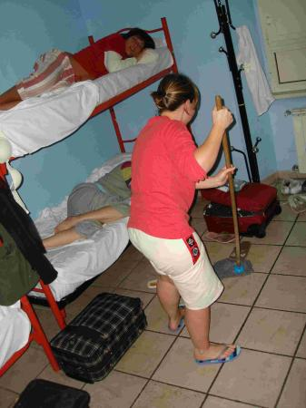 Backpackers Hostel Roma: cleaning the bedroom ourselves