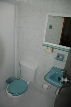 Hotel Pepita: Bathroom and Shower
