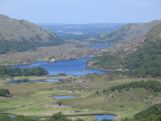 Killarney, Irlandia: A scenic point along the N71 portion of the Ring of Kerry,