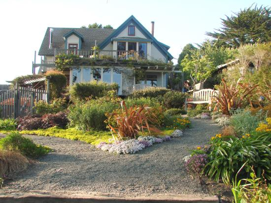 Alegria Oceanfront Inn and Cottages: The pacific room is the windows on top