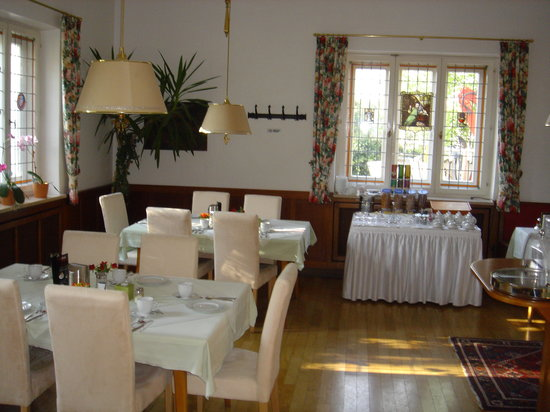 Hotel Laimer Hof: The cheerful breakfast room.