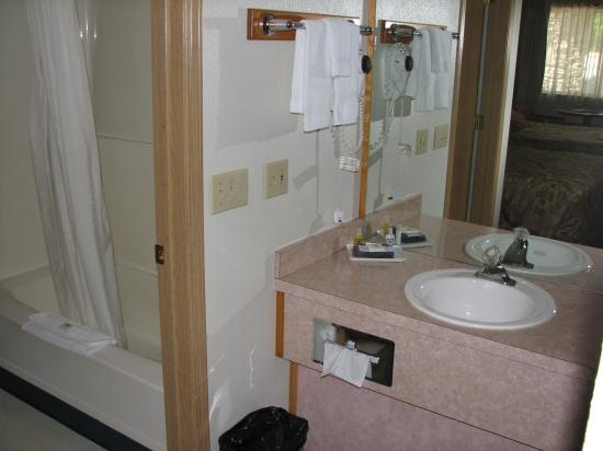Resort City Inn: Sink and bath