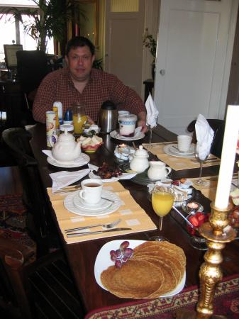 ‪‪Boogaard's Bed and Breakfast‬: Peter serving his Dutch Pancake breakfast (bacon, banana, yoghurt, stroop)‬