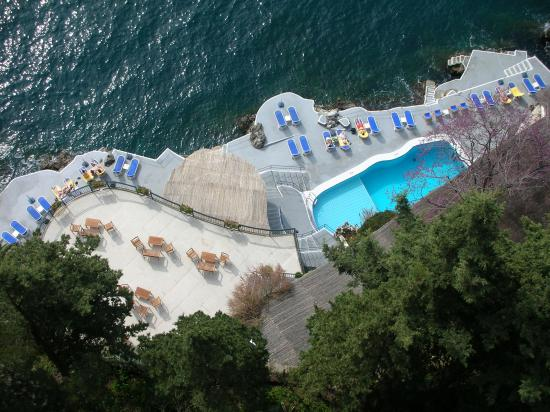 Santa Caterina Hotel: Can You Believe the Drop to the Pool?