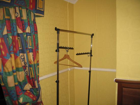 My Place Dublin Hotel: Even the clothes rail was broken!