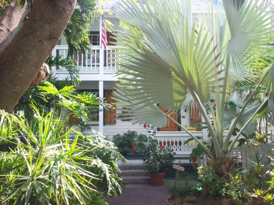 Key West Harbor Inn: Partial view of the Garden at the Inn