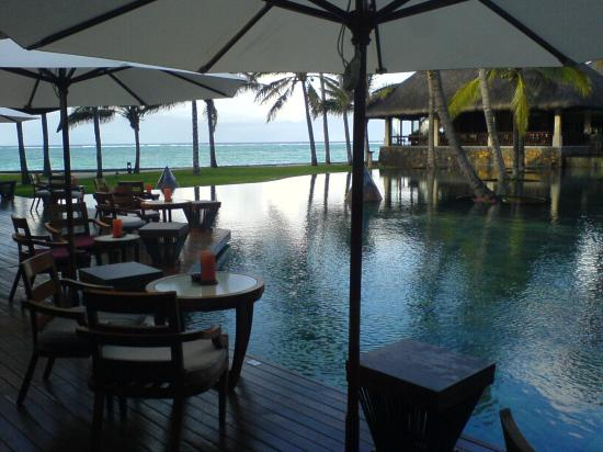 Constance Belle Mare Plage : Infinity pool from cocktail bar
