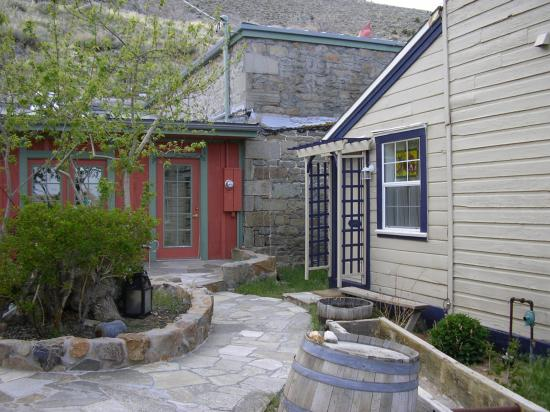 Edith Palmer's Country Inn: Patio entrance to Evelyn Room