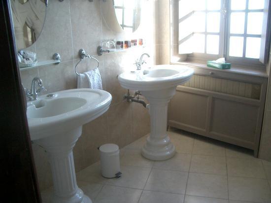 Chateau Eza : bathroom of suite royal